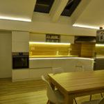 akrilno-bela-kuhinja-in-bukova-miza